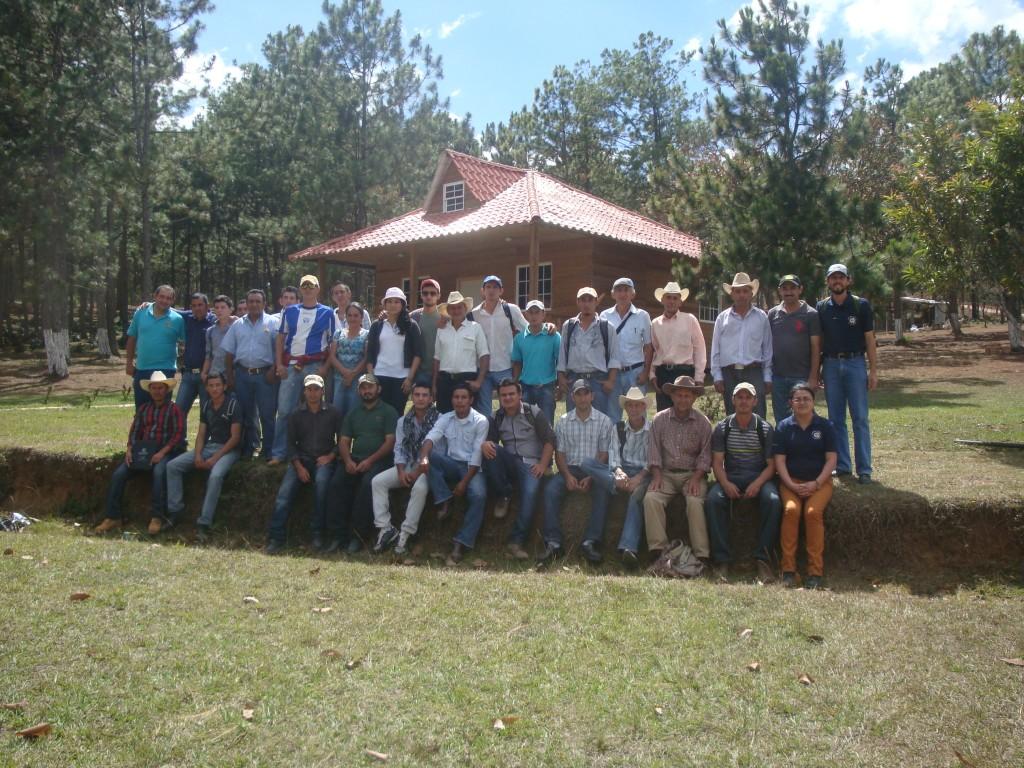 Productores de COSAGUAL en Finca Santa Elena